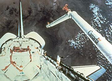 Le deuxième jour de la mission STS-2, qui correspondait au deuxième vol de la navette spatiale, les astronautes Joe Engle et Richard Truly ont déployé pour la première fois dans l'espace le bras robotique Canadarm. La mission STS-2 s'est déroulée du 12 au 15 novembre 1981 à bord de la navette Columbia. (Source : NASA)